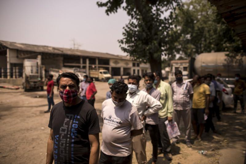 أشخاص ينتظرون في طابور بمنشأة لإعادة تعبئة الأكسيجين الطبي في الهند