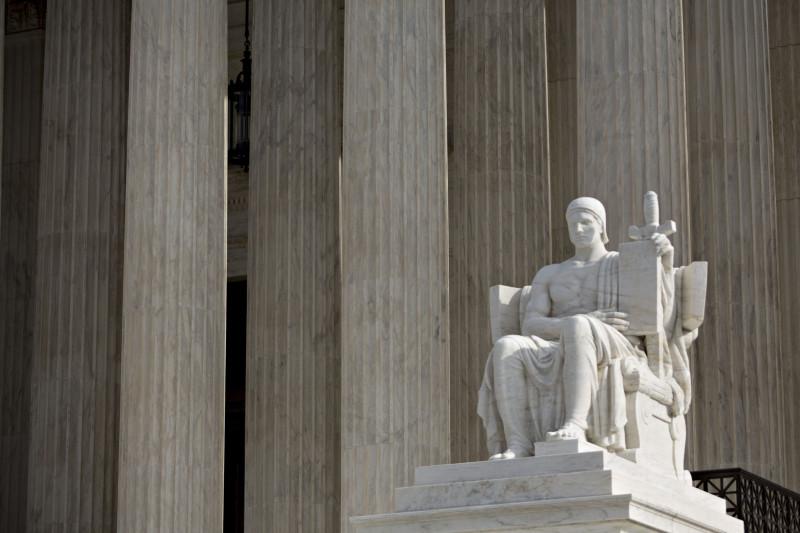 """نُصب """"سلطة القانون"""" أمام المحكمة الأمريكية العليا في العاصمة واشنطن"""