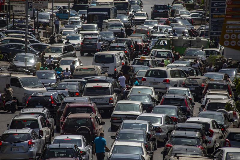 سيارات تقف في طوابير للحصول على الوقود من إحدى المحطات في بيروت بتاريخ 6 سبتمبر