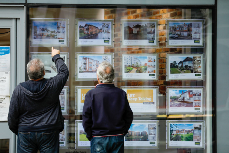 قوائم العقارات في غيلدفورد في بريطانيا. يباع ما يقرب من ربع المنازل في غضون أسبوع وفقاً لوكلاء العقارات