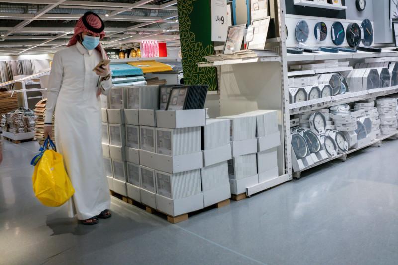 متسوقون في فرع أيكيا في أحد المولات في العاصمة السعودية الرياض