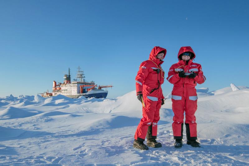 التحكم في الدرونز في مهة مناخية بالقطب الشمالي.