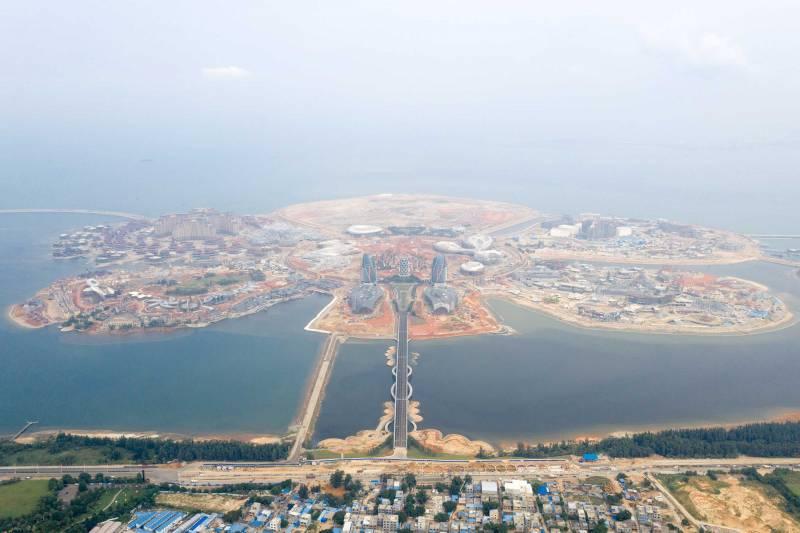"""يبلغ حجم جزيرة زهرة المحيط 1.4 أضعاف مساحة """"نخلة جميرا"""" الشهيرة في دبي. وألحق المشروع أضرارًا كبيرة بمساحة شاسعة من الشعاب المرجانية وبأنواع عديدة من محار اللؤلؤ، وذلك وفقًا لتقرير صادر عن دائرة بيئية محلية في يناير 2018"""