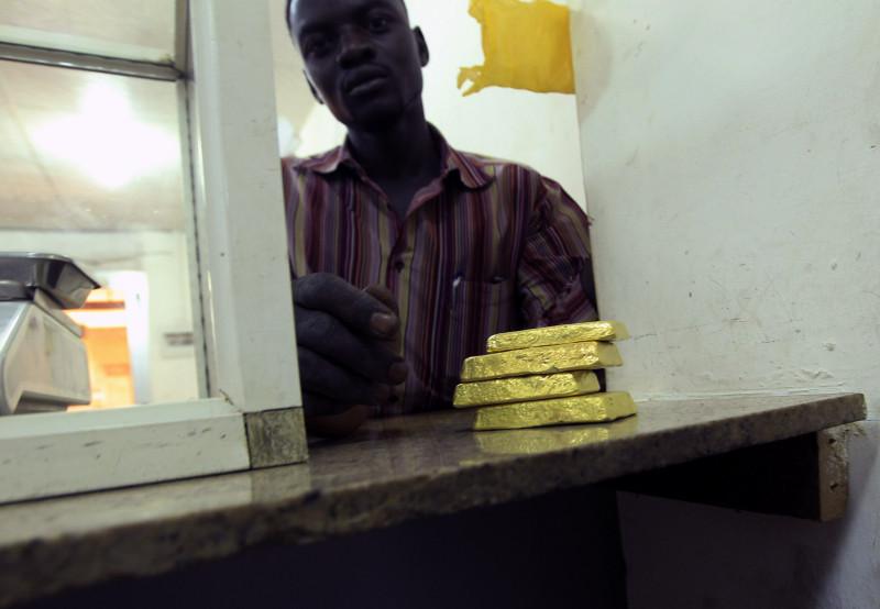 رجل يعرض سبائك ذهب في معمل بسوق الذهب بالخرطوم. السودان