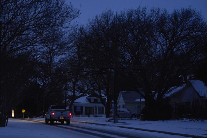 شاحنة تسير في الشارع أثناء انقطاع التيار الكهربائي في ماكيني تكساس بالولايات المتحدة