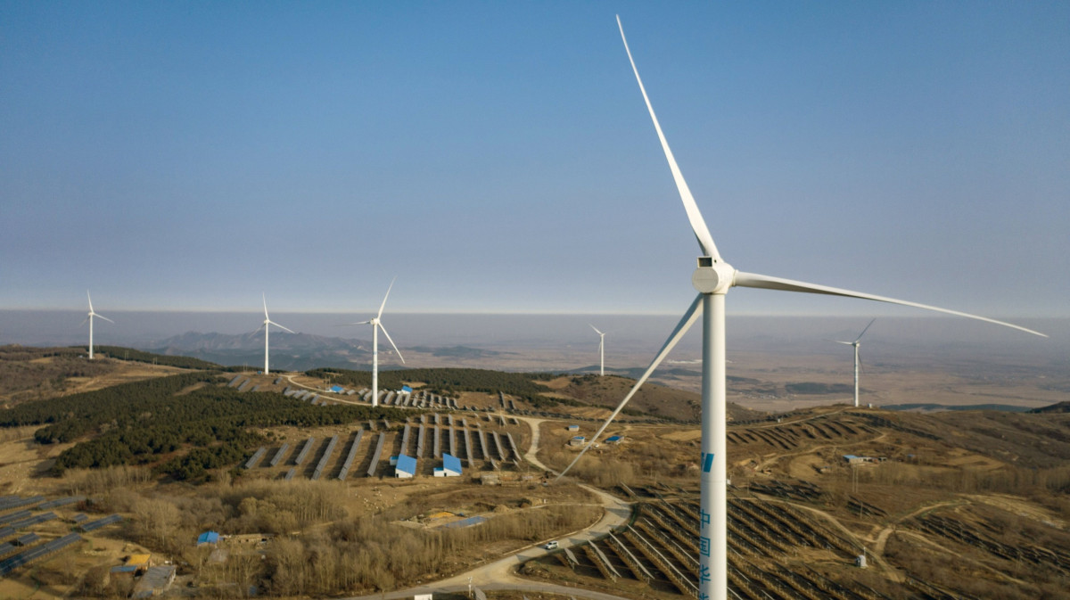 توربينات الرياح والألواح الشمسية في صورة جوية التقطت بالقرب من فوشين بمقاطعة لياونينغ في الصين