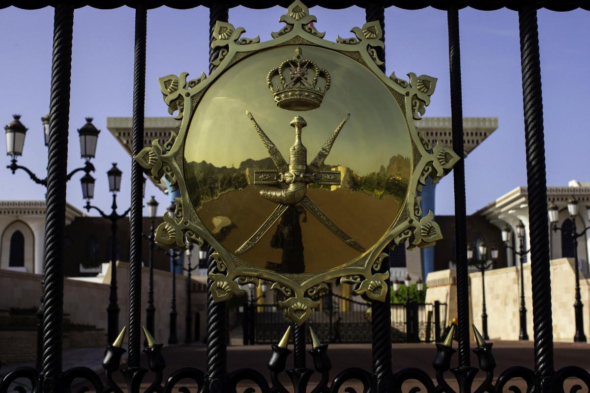 مجسم يحمل الختم السلطاني العماني مثبت على بوابة قصر العلم في العاصمة العمانية مسقط