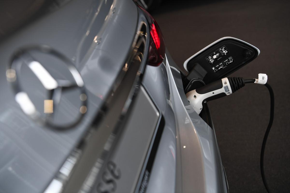 مرسيدس تتقدم في تسليمات السيارات الكهربائية والهجينة